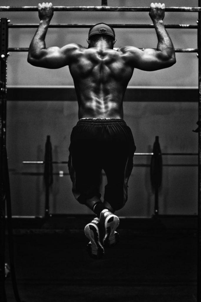 stærk fyr som har fået lidt for meget whey protein kan være at han skal spise lidt mere så tynd han er